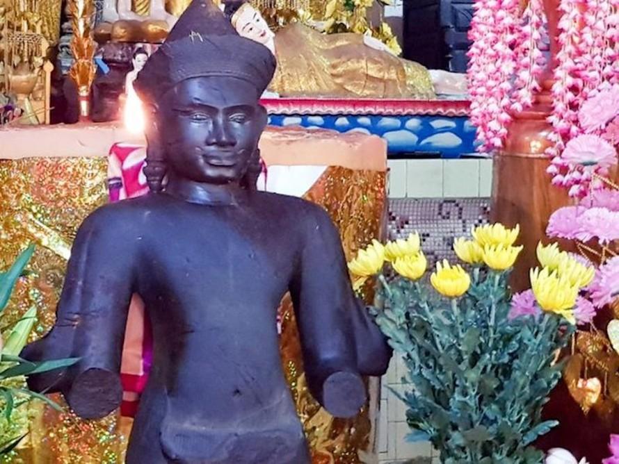 Bức tượng dưới ruộng có thể là vị thần của Phật giáo Nam tông