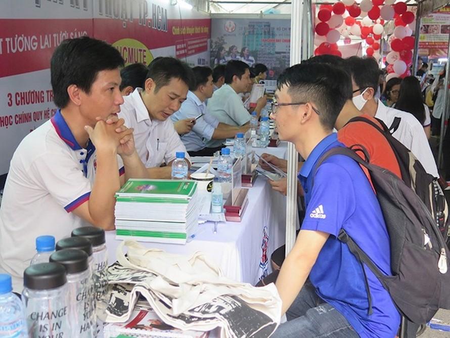 Thí sinh tìm hiểu thông tin các ngành học của ĐH Sư phạm Kỹ thuật TP.HCM.