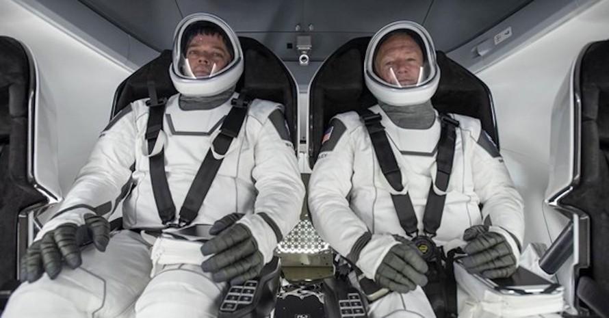 Các phi hành gia trên tàu Crew Dragon. (Ảnh: Report Door)