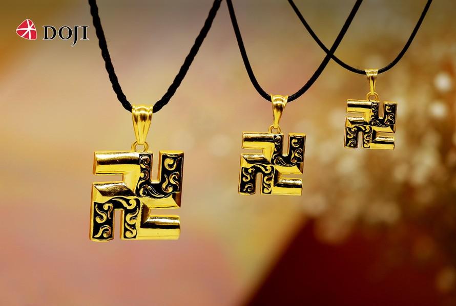 Mặt dây chuyền chữ Vạn của DOJI mang thông điệp gửi gắm sự tốt lành, thanh tịnh tới đấng sinh thành.