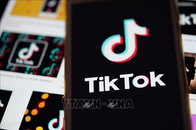 Biểu tượng của TikTok trên màn hình điện thoại ở Arlington, bang Virginia, Mỹ. Ảnh: THX/TTXVN