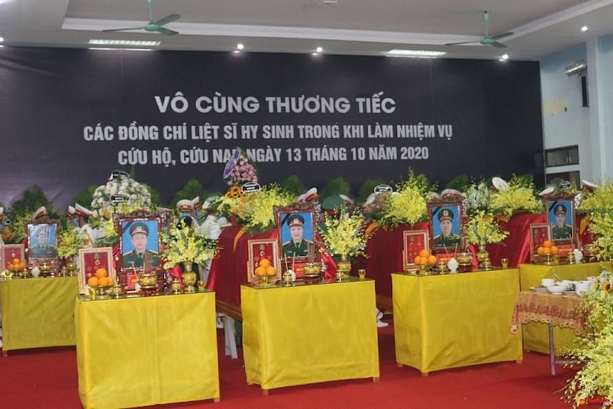 Quang cảnh Lễ viếng, truy điệu các cán bộ hy sinh khi làm nhiệm vụ khắc phục hậu quả lũ lụt tại tỉnh Thừa Thiên-Huế.