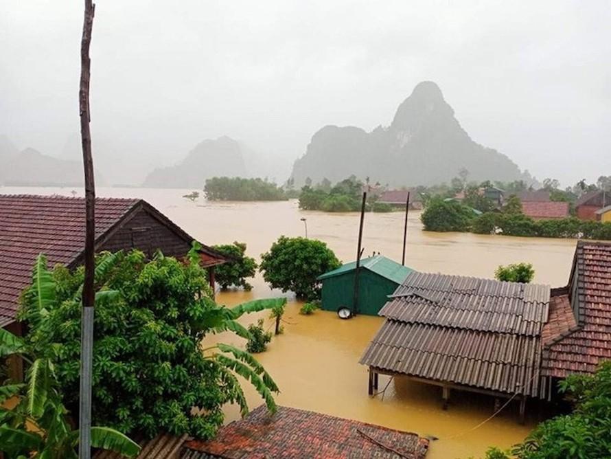 'Lũ chồng lũ' khiến hơn 34 ngàn nhà dân ở Quảng Bình bị ngập, gần 200 thôn, bản bị cô lập, chia cắt và hàng ngàn người dân phải di dời khẩn cấp trong đêm.