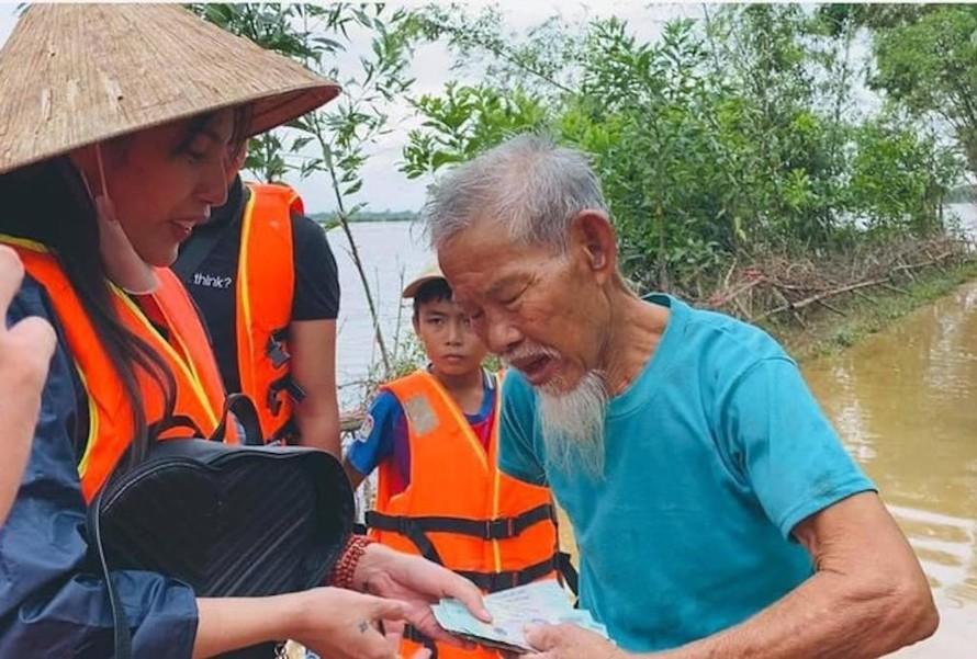 Thủy Tiên trong chuyến thiện nguyện tại miền Trung những ngày vừa qua.