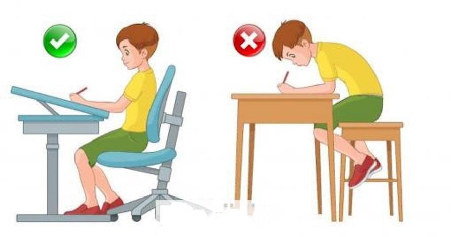 Chú ý rèn cho trẻ tư thế ngồi học đúng để tránh bị cong vẹo cột sống.