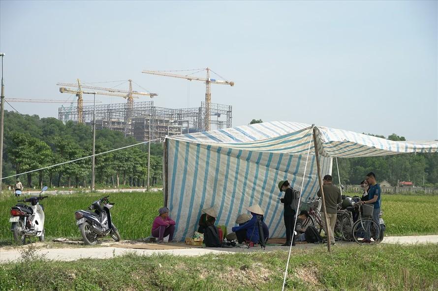 Người dân căng lều chặn xe chở rác vào bãi rác Nam Sơn