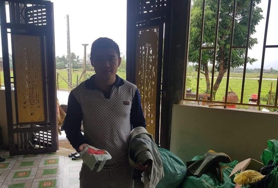 Anh Đào Xuân Minh trả lại 2 chỉ vàng tìm thấy trong túi áo bò cũ.