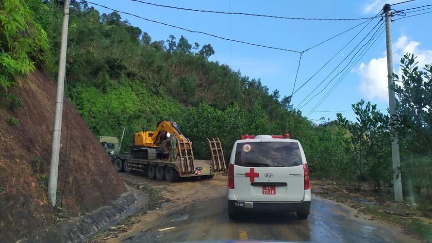 Lực lượng Quân khu 5 tăng cường phương tiện vào điểm sạt lở Trà Leng (huyện Nam Trà My)
