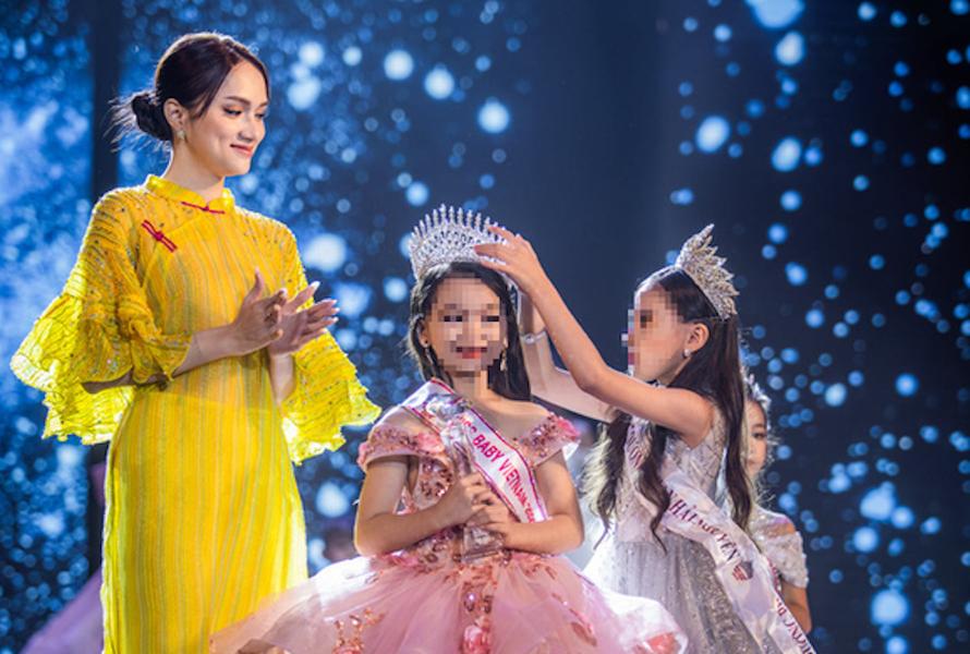 Hoa hậu Hương Giang cùng Miss Baby Viet Nam 2019 trao vương miện cho Miss Baby Viet Nam 2020.