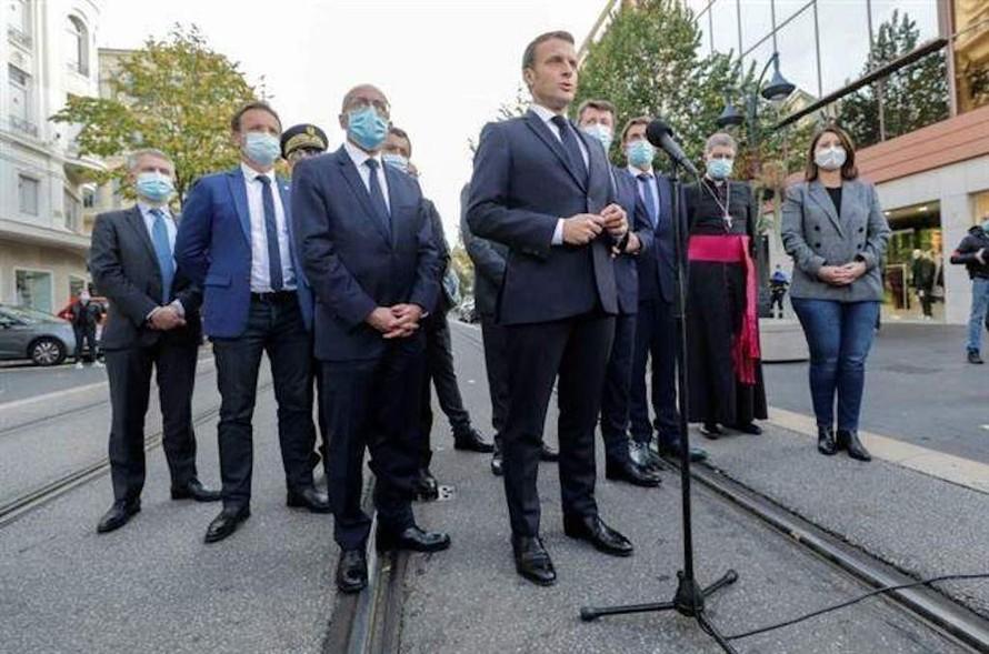 Tổng thống Pháp Emmanuel Macron phát biểu tại thành phố Nice, nơi xảy ra vụ tấn công bằng dao khiến 3 người thiệt mạng ngày 29/10/2020. Ảnh: AP/TTXVN