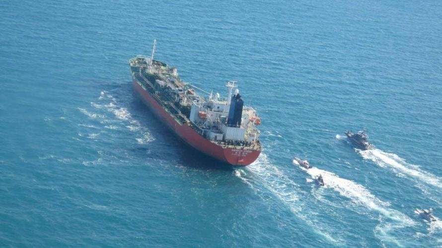 Xuồng cao tốc của IRGC hộ tống tàu chở dầu HANKUK CHEMI tại vùng Vịnh ngày 4/1/2021.