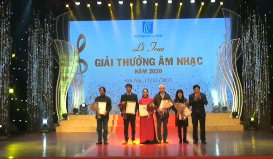 Các tác giả nhận giải thưởng.