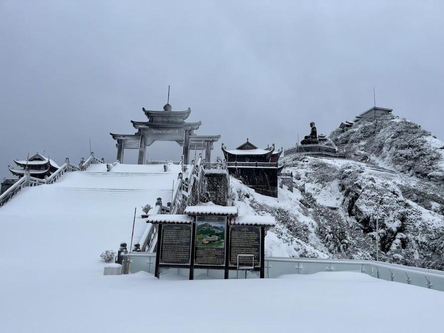 Vì sao xảy ra mưa tuyết trên đỉnh Fansipan ngày cận Tết?