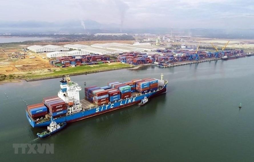 Tàu 22.000 tấn vào bốc xếp hàng hóa tại cảng Chu Lai. Ảnh minh họa. (Ảnh: TTXVN)