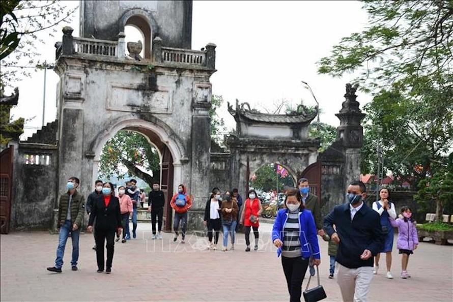 Hầu hết người dân và du khách đều đeo khẩu trang khi đến đền Trần đầu năm mới để phòng ngừa dịch bệnh COVID-19.