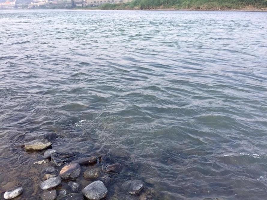 Những ngày gần đây, nước sông Hồng đoạn chảy qua TP Lào Cai lại xanh trong chứ không có màu hồng đục như thường thấy.