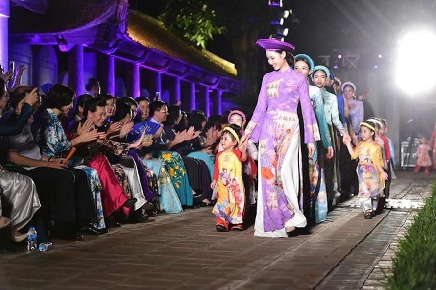 Áo dài Việt Nam được tôn vinh qua câu chuyện hiện vật
