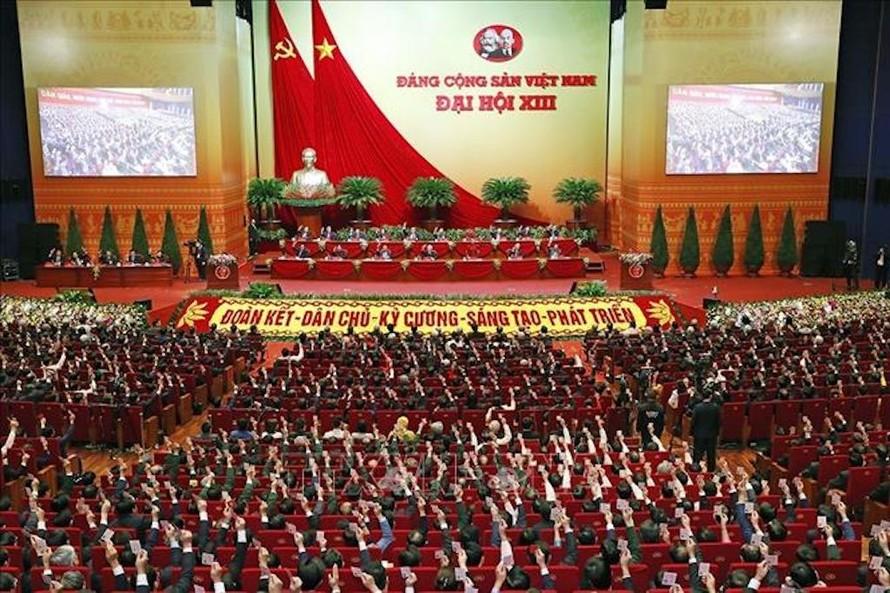 Đại hội XIII thành công đã truyền được cảm hứng và quyết tâm, ý chí, bản lĩnh để đưa đất nước phát triển ở tầm cao mới. Trong ảnh: Các đại biểu biểu quyết, thông qua Nghị quyết Đại hội XIII của Đảng.