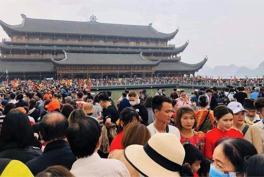 Trước cảnh tượng ùn tắc, chen chúc của người dân ở quần thể khu du lịch Tam Chúc trong hai ngày cuối tuần 13-14/3 vừa qua; Bộ Văn hóa, Thể thao và Du lịch đã có công văn chấn chỉnh các khu du lịch, yêu cầu tăng cường các biện pháp phòng, chống dịch COVID-19.