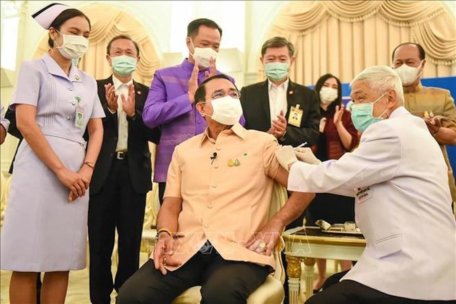 Thủ tướng Thái Lan tiêm chủng vaccine ngừa COVID-19 của AstraZeneca