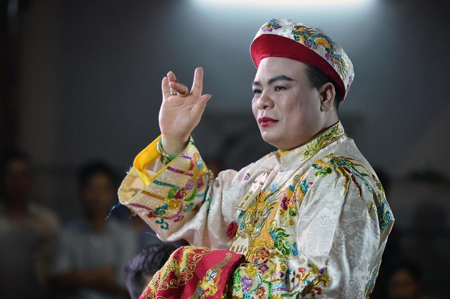 Nghệ nhân Hoàng Tiến Hưng trong một lần diễn xướng hầu đồng