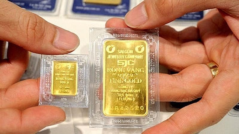 Giá USD thị trường tự do vượt mốc 24.000 đồng, giá vàng có xu hướng giảm