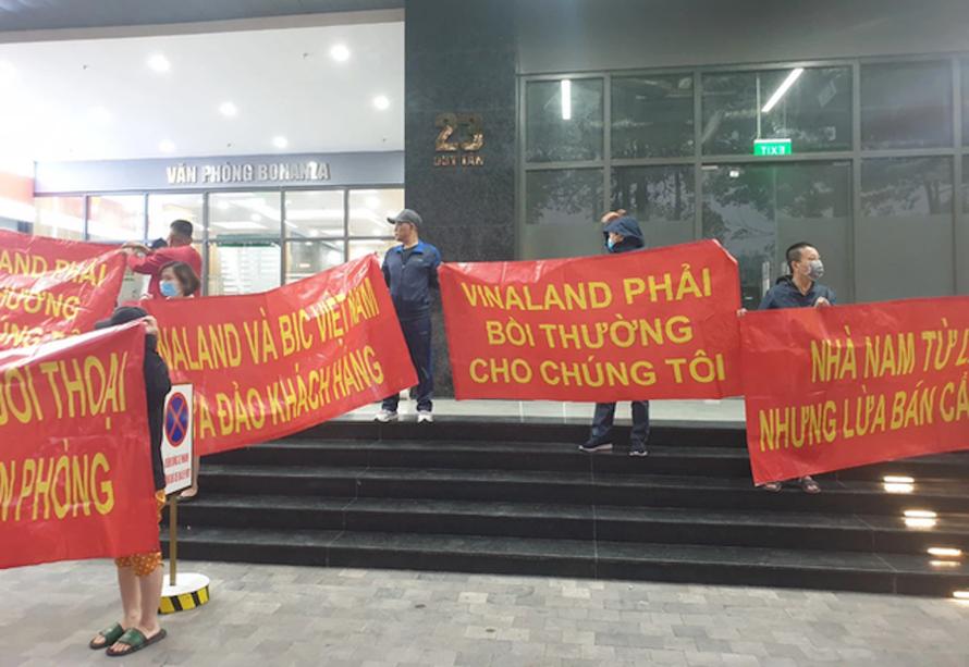 Hà Nội: Chủ đầu tư bán nhà quận này nhưng bắt dân nhận nhà quận khác