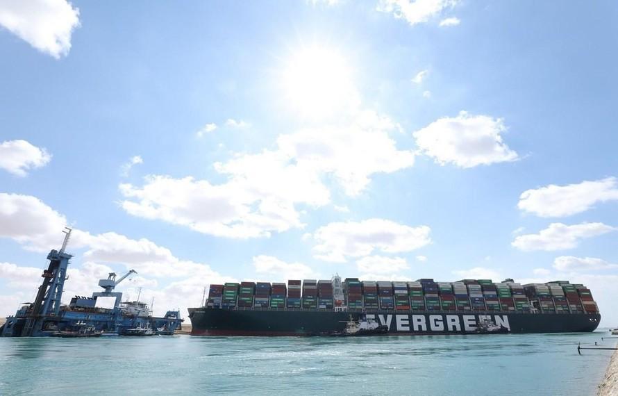Vụ tàu kẹt tại kênh đào Suez: Kinh tế toàn cầu thêm lao đao