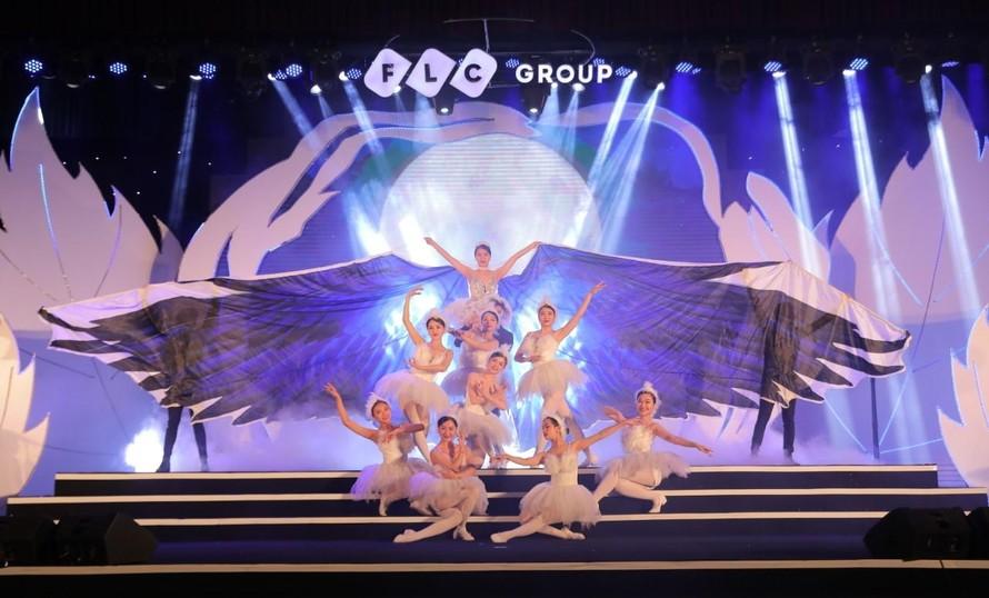 """Chương 1 của Đêm nhạc """"Chuyện tình yêu"""" với chủ đề """"Tình lỡ"""" được mở màn bằng tiết mục múa đương đại được dàn dựng vô cùng độc đáo, công phu của vũ đoàn Grammy."""