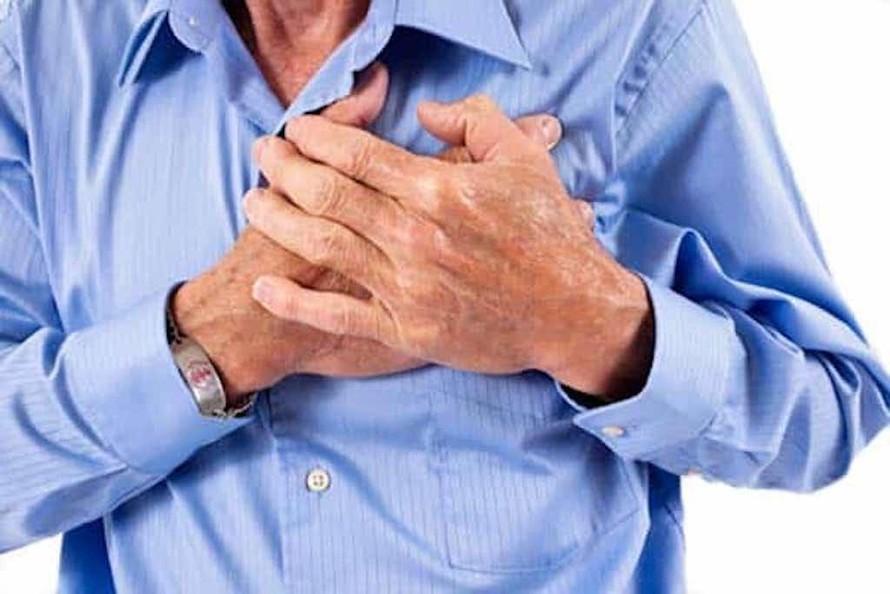 Ngón tay dùi trống kèm theo triệu chứng tức ngực, khó thở kéo dài có thể là cảnh báo ung thư phổi. (Ảnh minh hoạ)