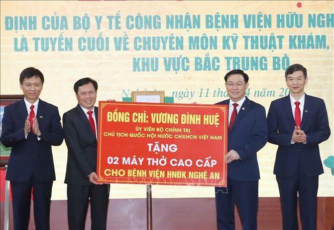 Chủ tịch Quốc hội Vương Đình Huệ tặng 2 máy thở cao cấp cho Bệnh viện Hữu nghị Đa khoa Nghệ An.