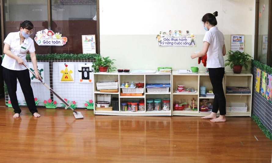Giáo viên Trường Mẫu giáo số 3 (quận Ba Đình) vệ sinh lớp học, khử khuẩn dụng cụ, đồ chơi phòng bệnh tay chân miệng.