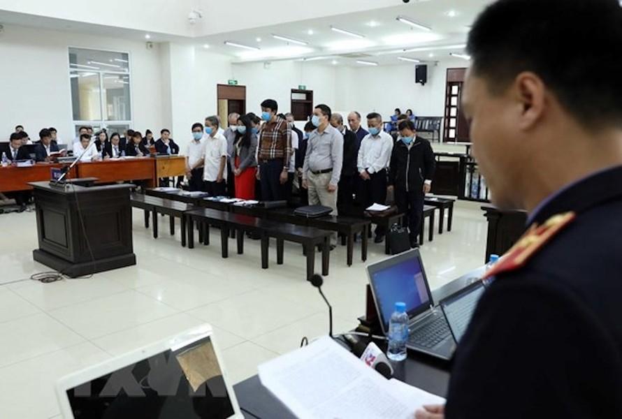Các bị cáo nghe đại diện Viện Kiểm sát đọc bản luận tội và đề nghị mức án.
