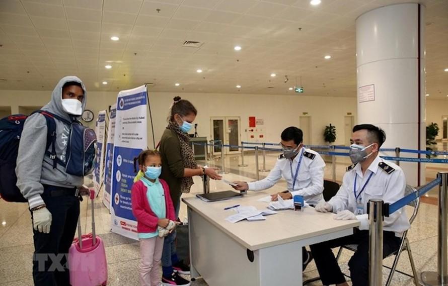 Hành khách làm thủ tục khai báo y tế trước khi nhập cảnh vào Việt Nam tại cửa khẩu Sân bay quốc tế Nội Bài, Hà Nội. (Ảnh minh hoạ).