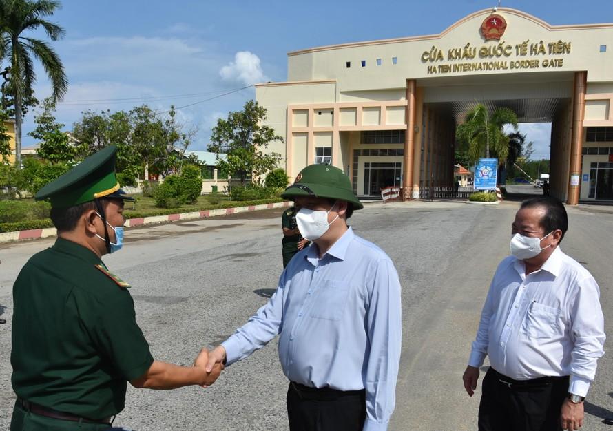 Bộ trưởng Bộ Y tế Nguyễn Thanh Long cùng đoàn công tác thăm và kiểm tra tại Cửa khẩu Quốc tế Hà Tiên- Kiên Giang