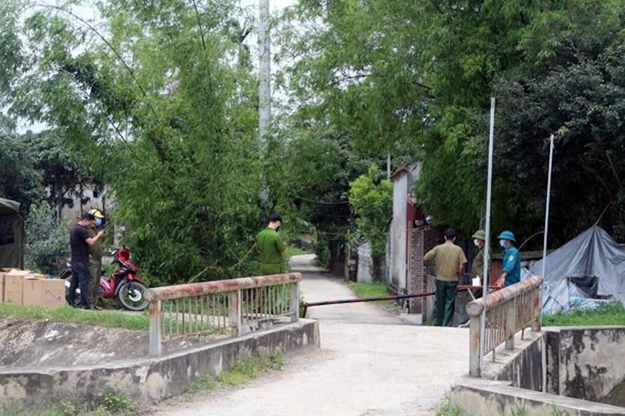 Lập chốt kiểm soát dịch bệnh tại huyện Lý Nhân (tỉnh Hà Nam), nơi ở của bệnh nhân 2899.