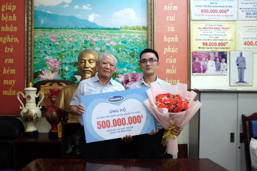 Đại diện Vinamilk ủng hộ 500 triệu đồng cho Hội Bệnh nhân nghèo TP. HCM.