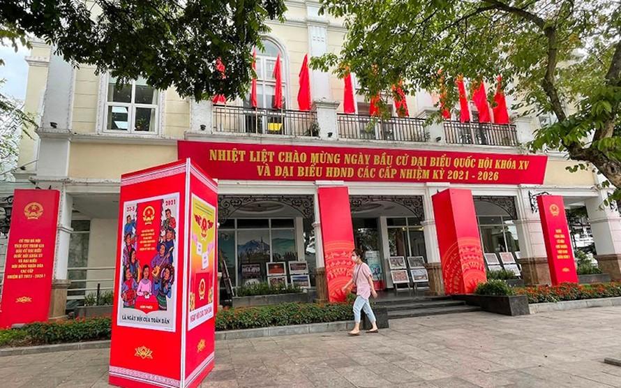 Công tác trang trí khánh tiết tại các điểm bầu cử được Hà Nội thực hiện chu đáo.