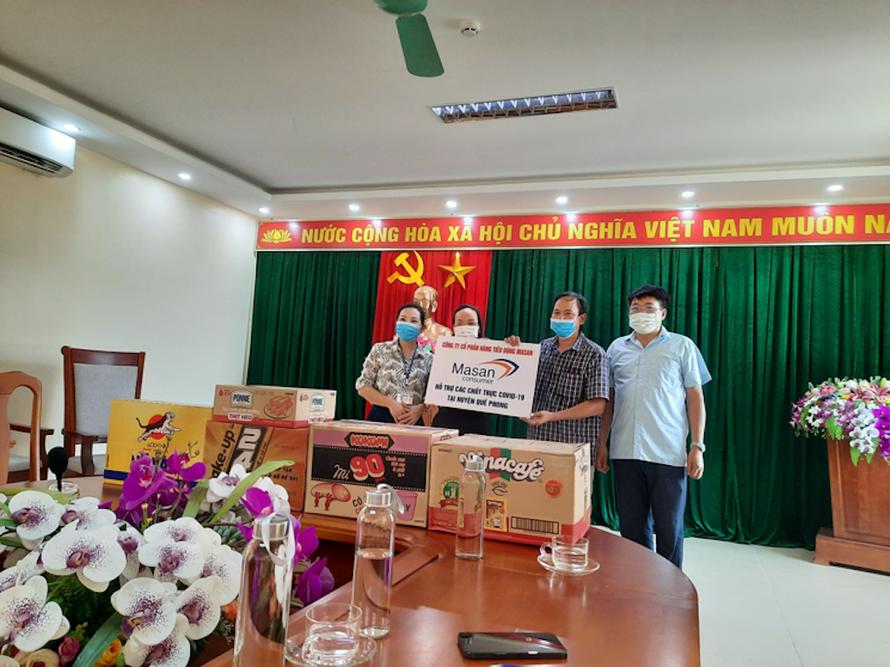 Đại diện Công ty Masan Consumer trao tặng các sản phẩm công ty cho đại diện UBND Huyện Quế Phong_Nghệ An.