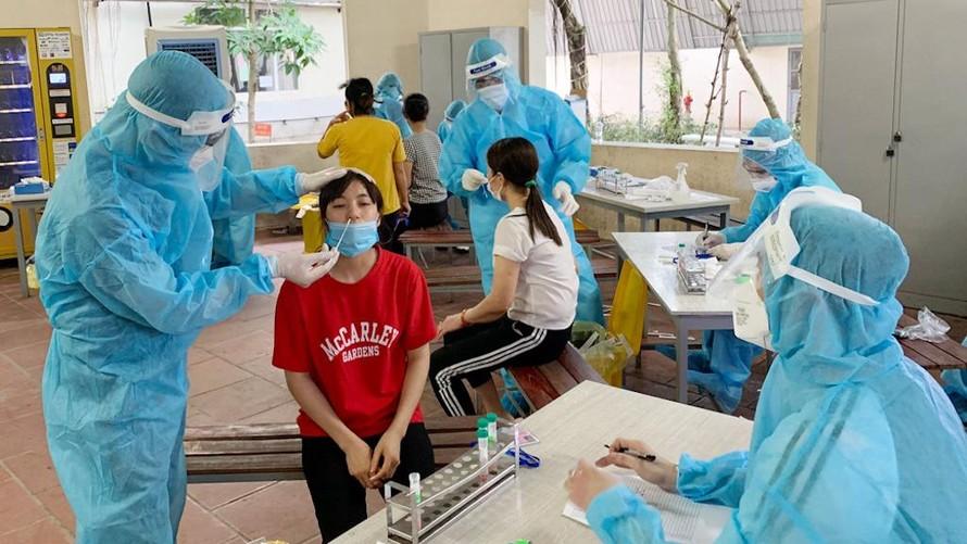Nhân viên y tế lấy mẫu xét nghiệm cho công nhân tại tỉnh Bắc Giang.