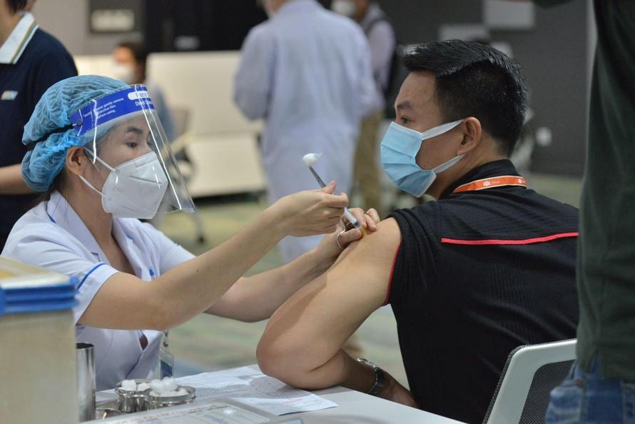 1.000 liều vaccine đầu tiên trong chiến dịch tiêm chủng này đã được tiêm cho 2 doanh nghiệp trong Khu Công nghệ cao thuộc địa bàn Thành phố Thủ Đức (công ty FPT và công Nipro) sáng 19/6.