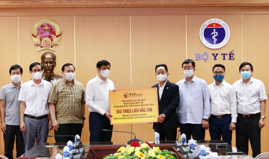 T&T Group tài trợ toàn bộ bơm kim tiêm cho chiến dịch tiêm 150 triệu liều vắc xin phòng COVID-19