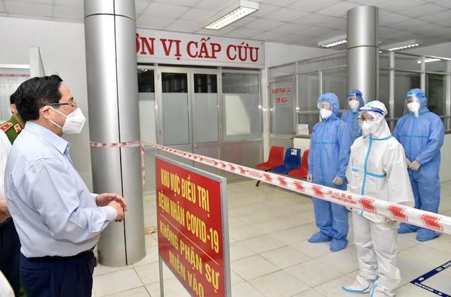 Ngày 11/7, Thủ tướng Phạm Minh Chính thăm Bệnh viện Đa khoa huyện Tân Trụ, nơi được chuyển đổi thành Bệnh viện Dã chiến số 2 tại Long An.