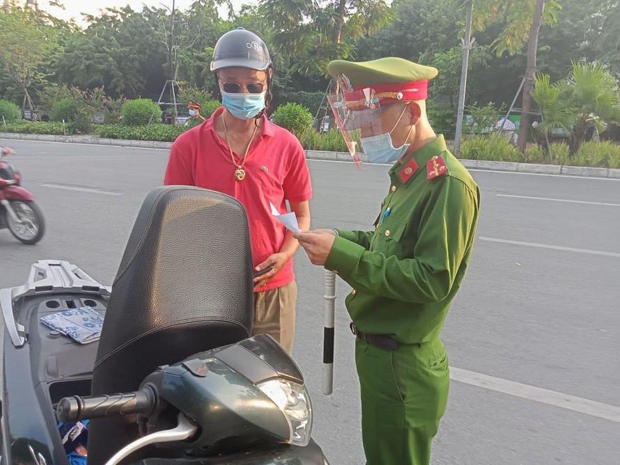 Lực lượng chức năng dừng và kiểm tra phương tiện tại chốt kiểm soát trên phố Xã Đàn (phường Phương Liên).