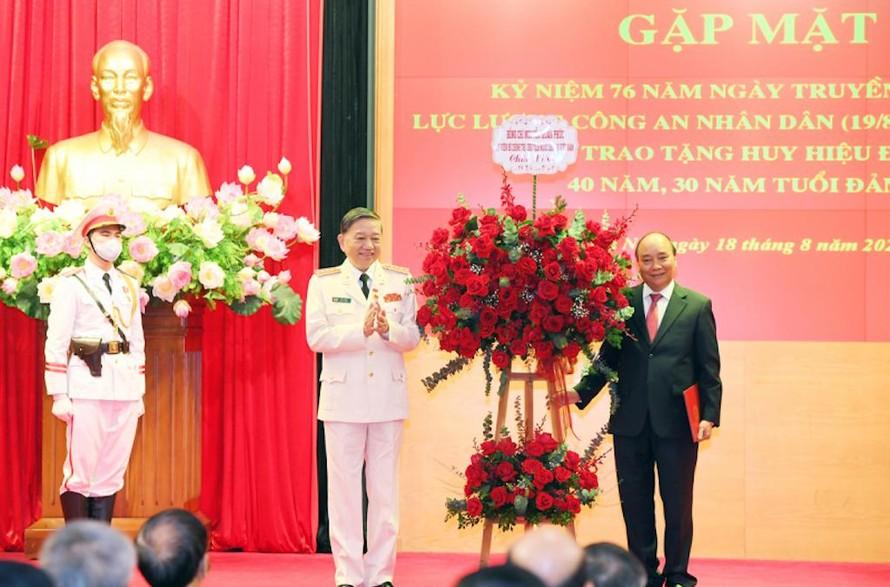 Trao Huy hiệu 40 năm, 30 năm tuổi Đảng tặng các đồng chí lãnh đạo Bộ Công an