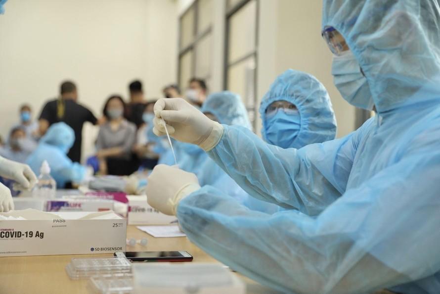 Lấy mẫu xét nghiệm sàng lọc người mắc COVID-19.