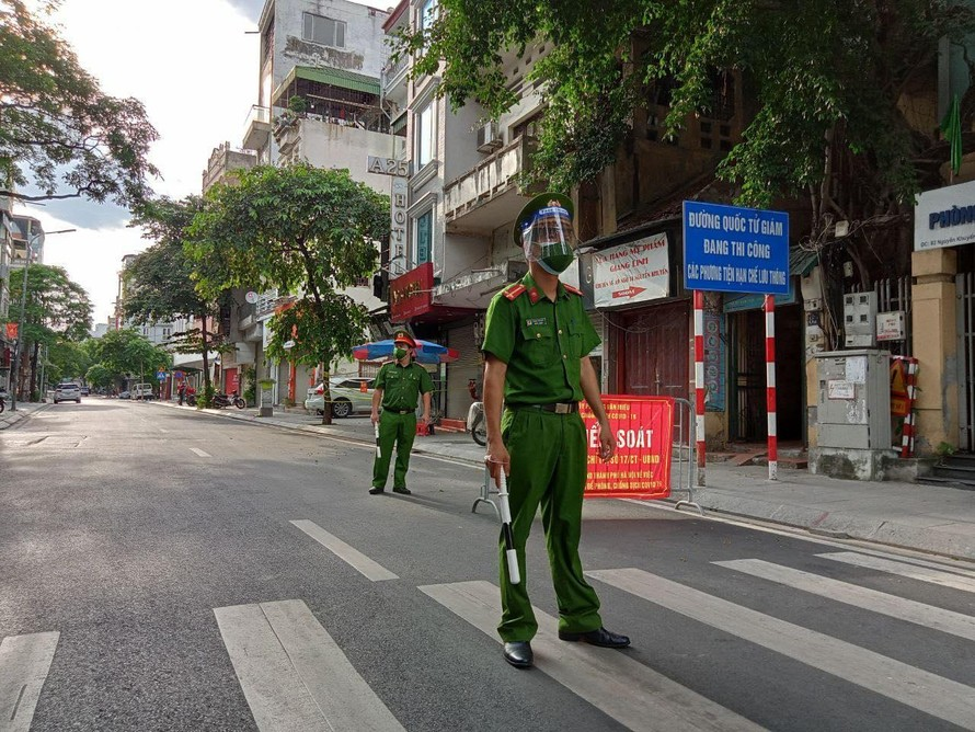 Đa phần người dân đều rất chấp hành cũng như ủng hộ công việc của lực lượng liên ngành tại các chốt kiểm soát. (Ảnh chụp tại chốt kiểm soát trên phố Nguyễn Khuyến - phường Văn Miếu).