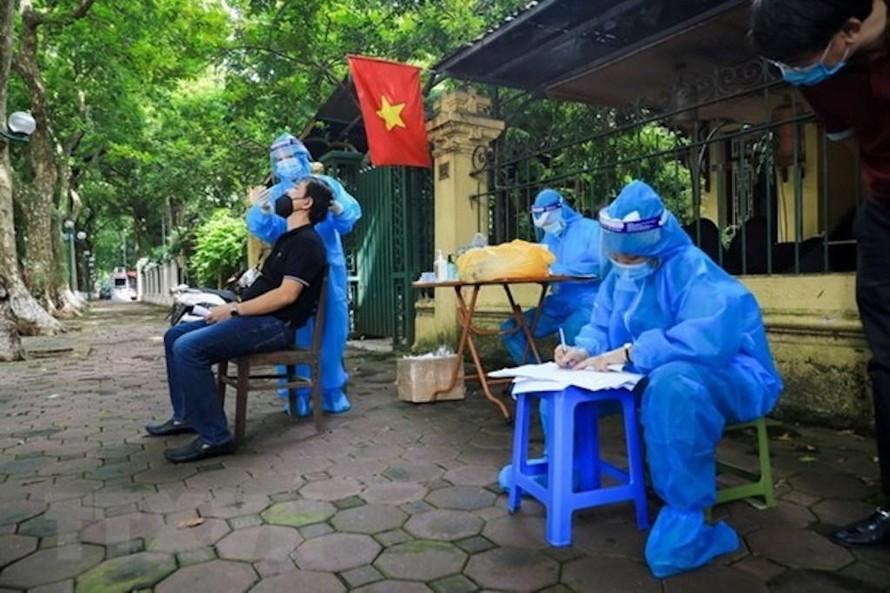 Phường Quán Thánh, quận Ba Đình tổ chức xét nghiệm cho người dân ngay trên con đường Phan Đình Phùng.