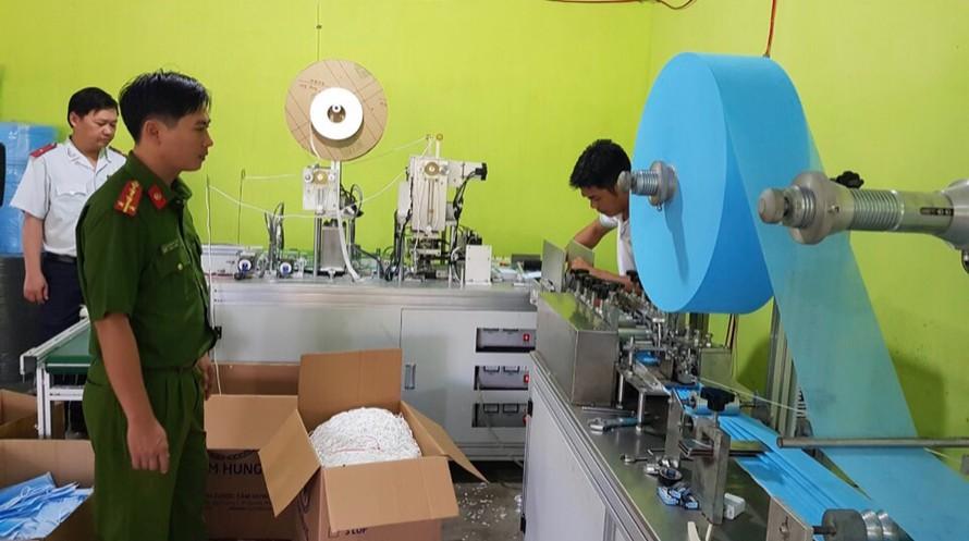 Đoàn kiểm tra tiến hành kiểm tra dây chuyền sản xuất khẩu trang y tế tại cơ sở này