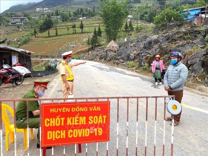 Lực lượng chức năng duy trì nghiêm công tác phòng, chống dịch 24/24h tại các chốt kiểm soát ra, vào địa bàn thị trấn Đồng Văn.